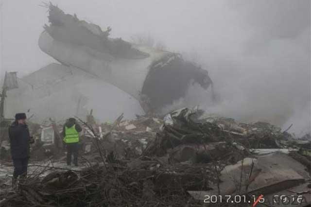 Cae un Boeing sobre casas de Kirguizistán y mata a 37 personas