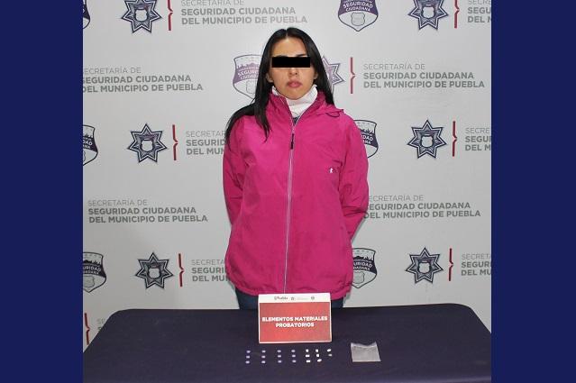 Cae mujer en bar de Puebla con 20 dosis de posible metanfetamina