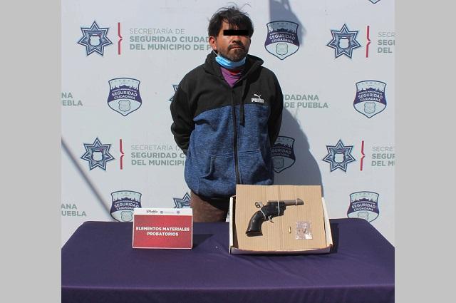 Detienen a dos hombres que iban armados en Puebla