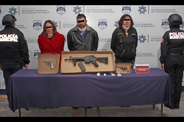 Detiene la policía a tres personas en posesión de fusil de asalto, armas y drogas