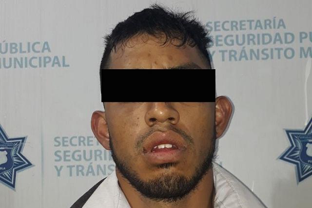 Se roba una camioneta y policías municipales de Puebla lo atrapan