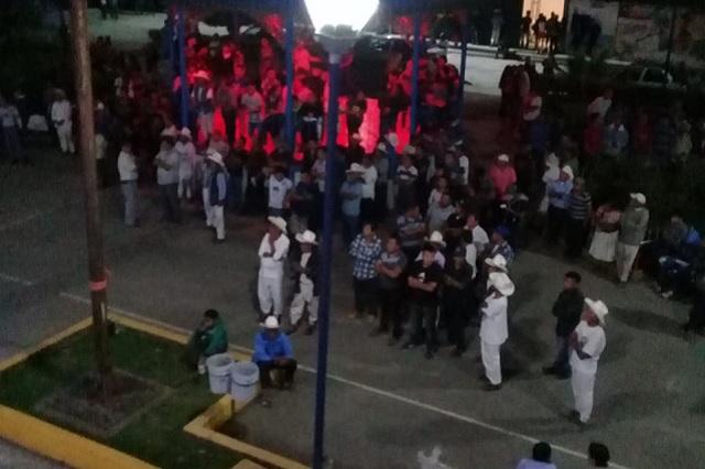 Toman presidencia en Zongozotla durante protesta contra edil