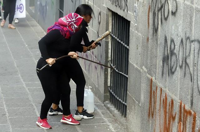Feministas pintan vallas afuera de la casa de Andrés Roemer