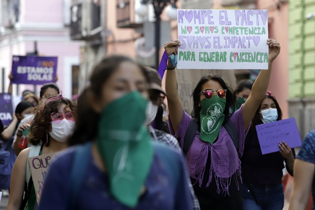 Grupos feministas se deslindan de las pintas y ataques del 8M
