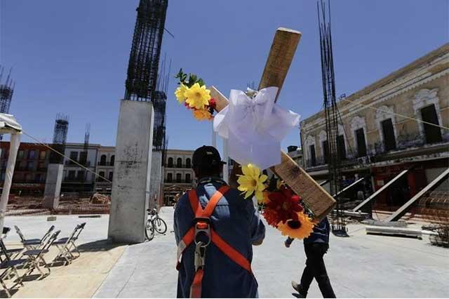 EPN felicita a los albañiles y les desea que disfruten su día