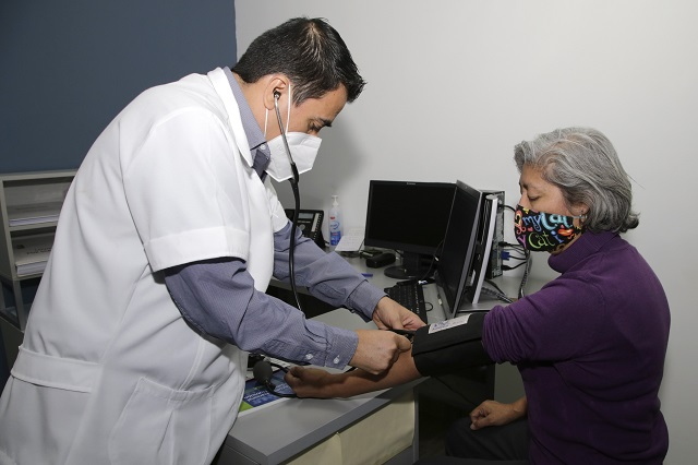 Cambiar hábitos de salud y no sólo esperar vacuna: Manzanilla