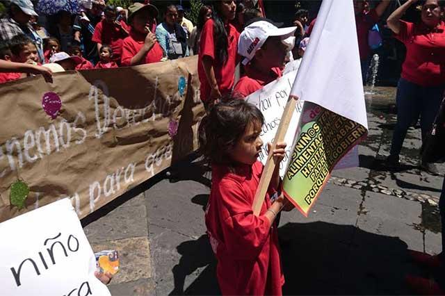 Niños de la 28 de Octubre marchan y gritan consignas en su día
