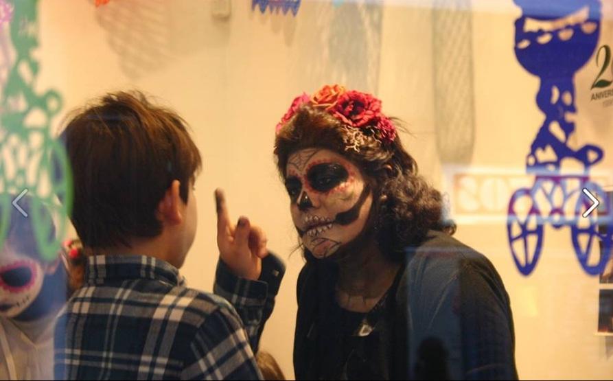 Mexicanos y franceses celebran el Día de Muertos en París con antojitos