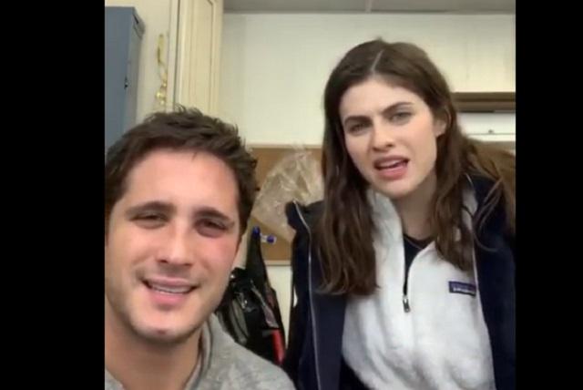 Video: Diego Boneta enseña groserías en español a Alexandra Daddario