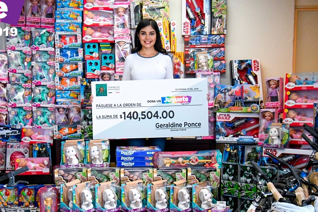 Diputada de Tepic gasta su aguinaldo en juguetes para niños de colonias más pobres