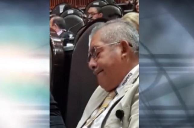 Diputado de Morena se vuelve a dormir, ahora en el Congreso de Guerrero