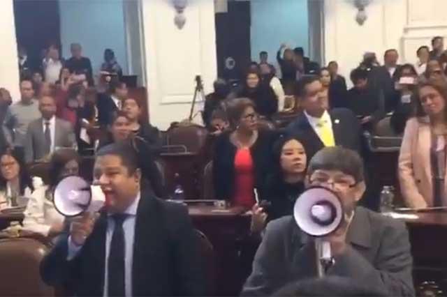 Diputados de Morena exigen a gritos remover al presidente de la ALDF