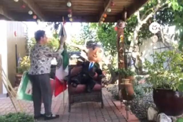 Integrante de FRENAA regaña y pelea con piñata inspirada en AMLO