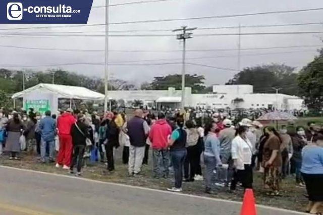 Dejan a abuelitos de V. Carranza 5 horas en espera de las vacunas
