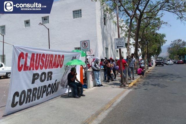 Por bloqueo en edificio Morelos de Tehuacán burócratas se toman el día