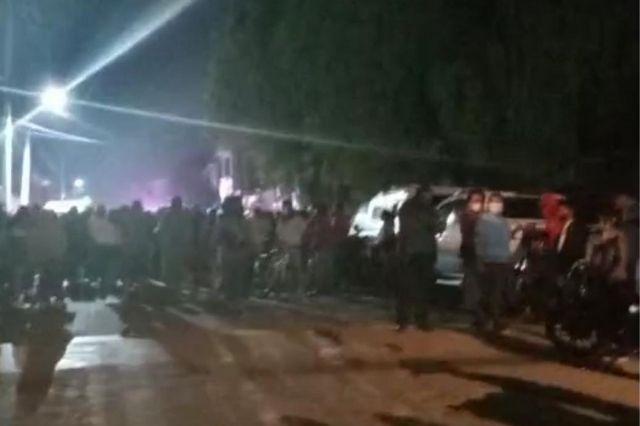 Policías salvan a dos de ser linchados por robar una moto en Coapan