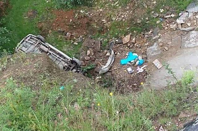 Familia cae con su camioneta a socavón en Tetela