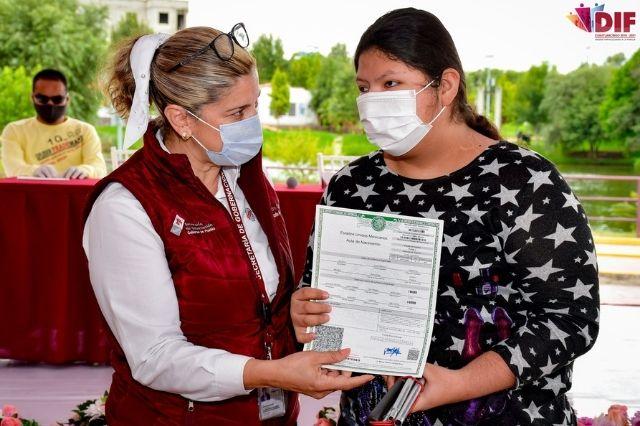 En Cuautlancingo entregan actas de nacimiento y CURP en Braille