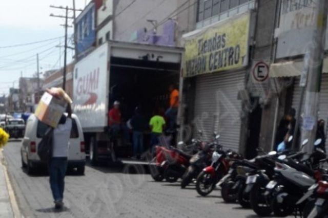 SAT decomisa toda la mercancía de una tienda de ropa en Atlixco