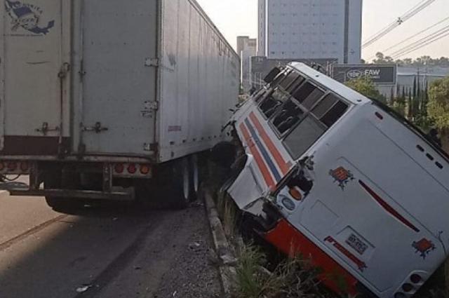 Chocan tráiler y micro Ruta 65 en La María; 10 heridos