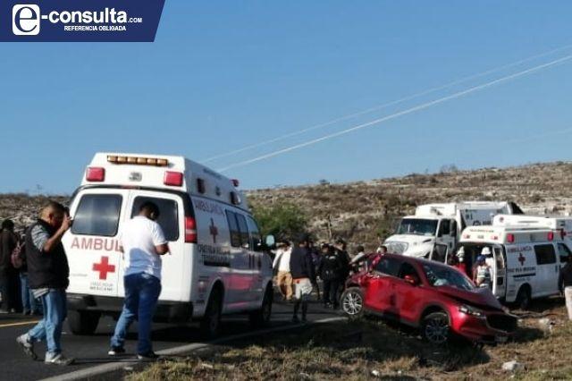 Rebasa a tráiler en curva y provoca accidente que deja 8 heridos en Tehuacán