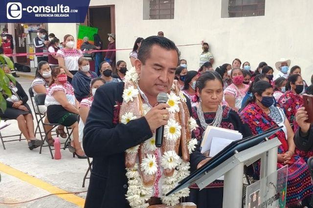 Edil de Hueyapan viola veda electoral con entrega de obra