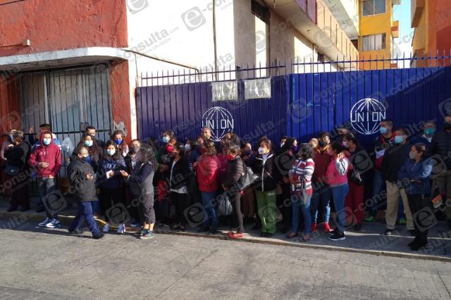 Empleados de maquiladora en Teziutlán exigen pago de nómina