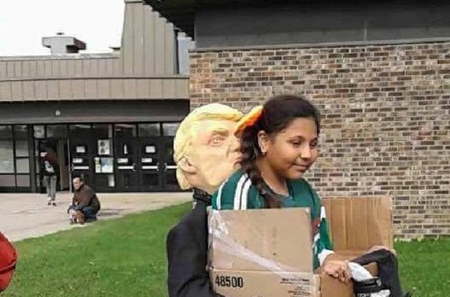 Triunfa en la web el disfraz de niña siendo deportada por Donald Trump