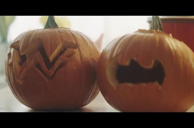 """""""Batman y La Mujer Maravilla"""" luchan por equidad de género en Halloween"""