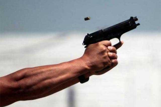 Riñen pandilleros y bala perdida hiere a transeúnte