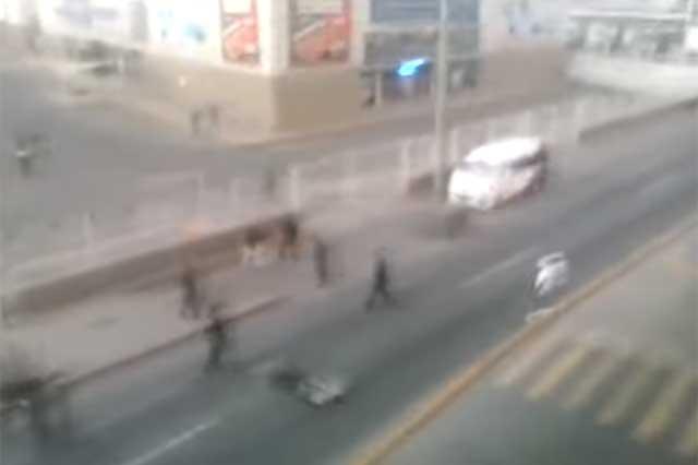 Con disparos al aire, la policía dispersa a saqueadores