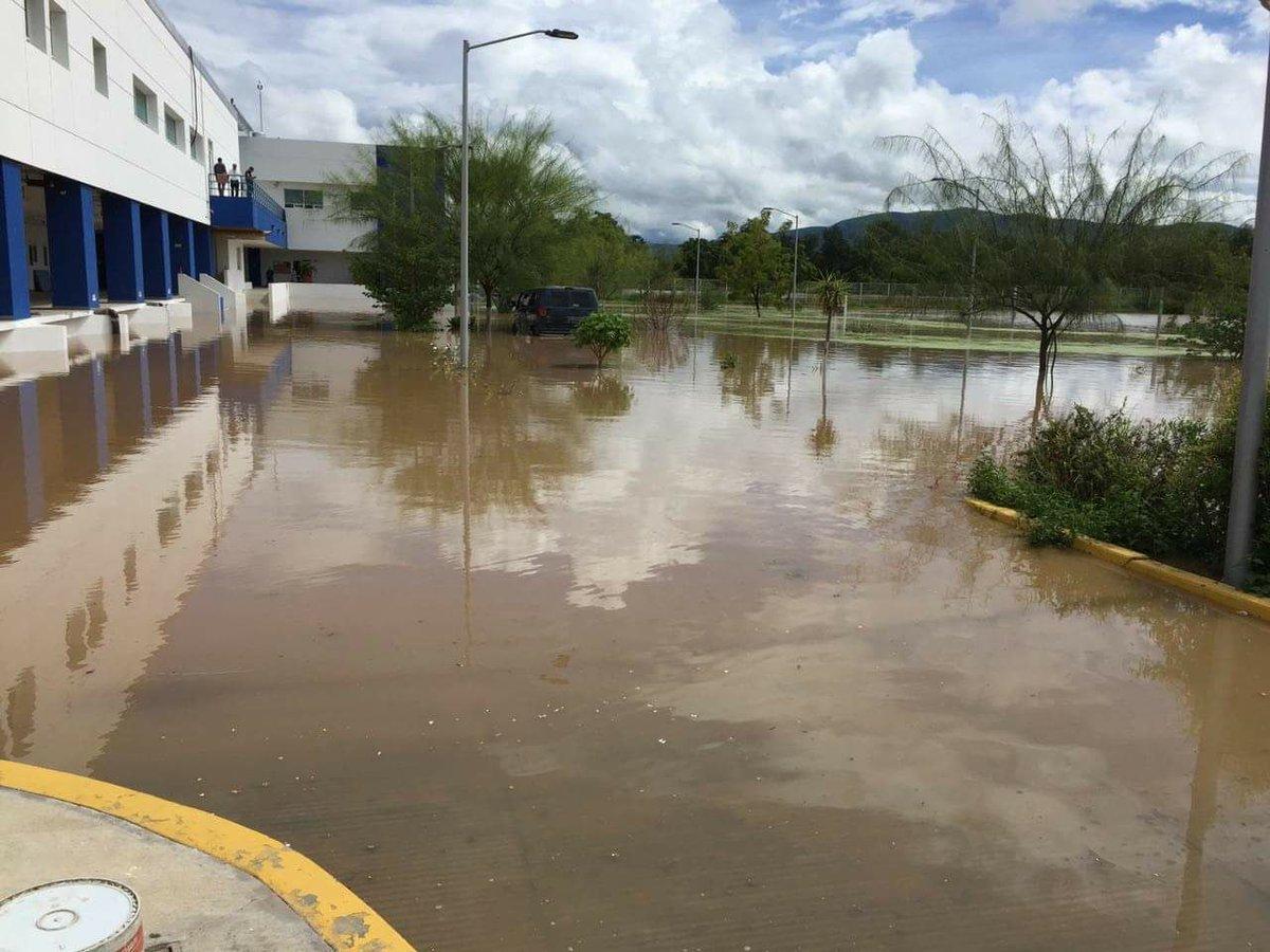 Lluvias inundan hospital de Acatlán y cultivos en Xayacatlán