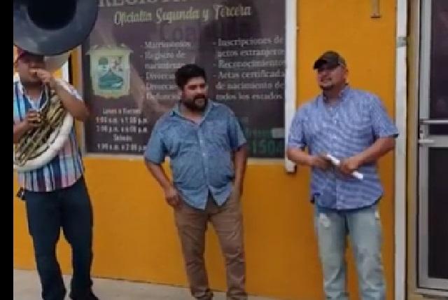 Video: Hombre festeja su divorcio con banda y la canción 'Cabrón y vago'
