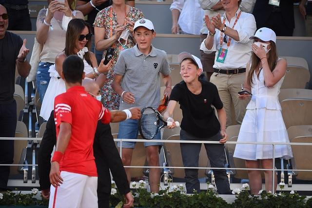 Djokovic regaló su raqueta a niño mexicano tras coronarse en París