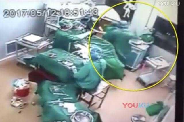 Médico golpea a enfermera en el quirófano en medio de una operación