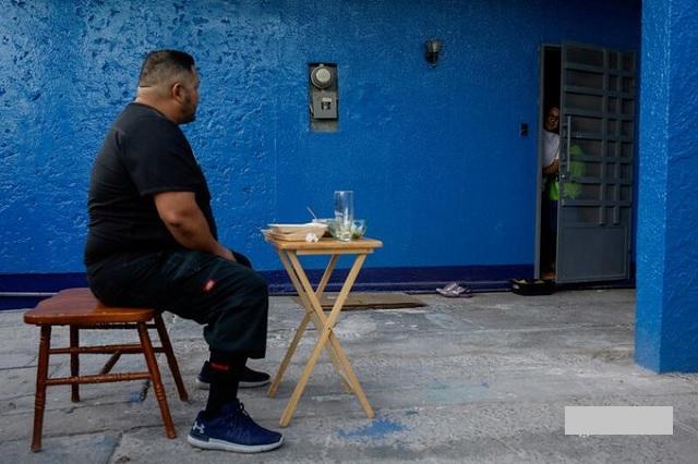 Médico de Chihuahua come en patio de su casa para no contagiar a su familia