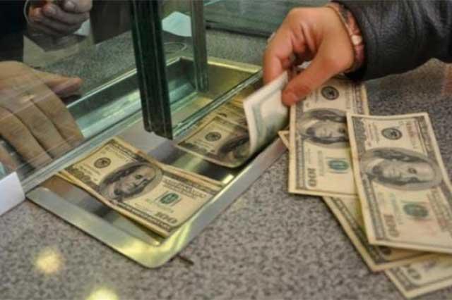 El dólar le gana 5 centavos al peso y se vende en 21.00 en la CDMX