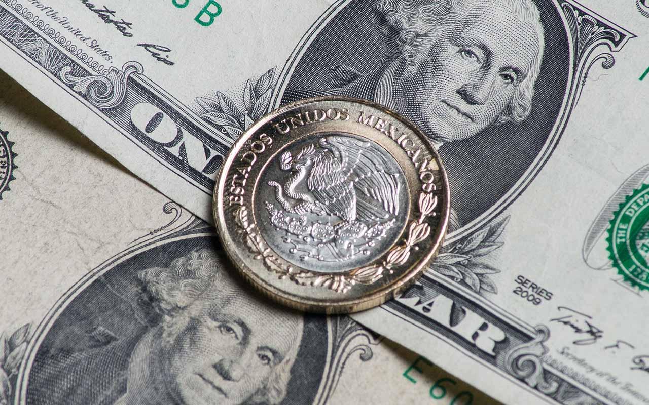 El dólar le gana 30 centavos al peso y cierra en 19.20