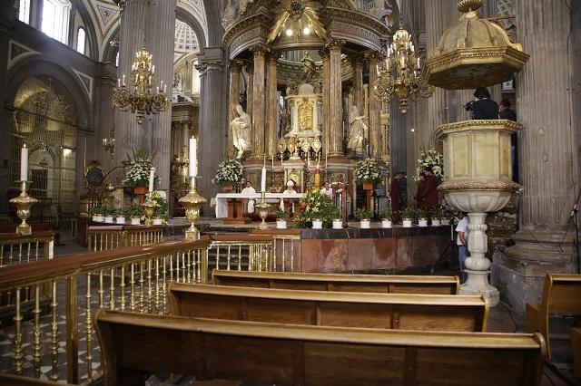 En misa dominical, arzobispo de Puebla reza por personal médico