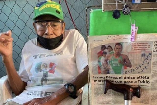 Abuelito orgulloso adorna su puesto para apoyar a su nieto en Tokio