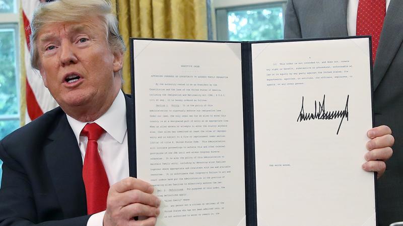 Trump firma decreto que frena separación de familias migrantes