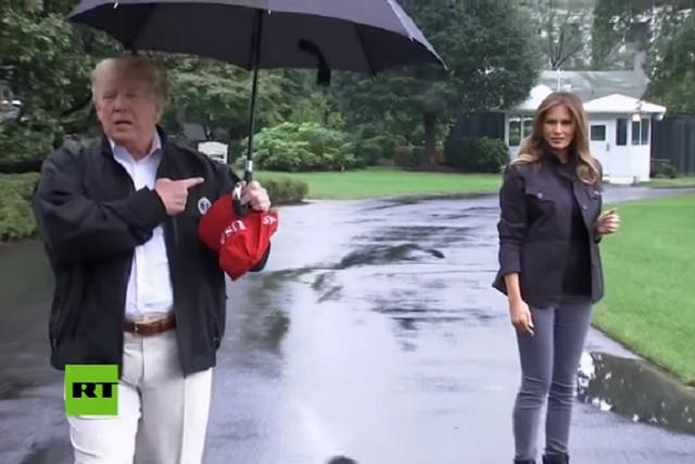 Trump deja que Melania se moje bajo la lluvia y le llueven críticas