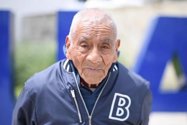 ¡Orgullo poblano! Don Felipe de 83 años se gradúa como Ingeniero en la BUAP