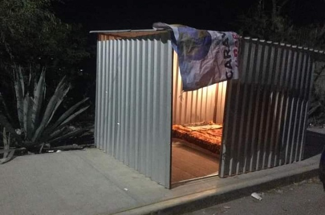 Llevan dormitorio móvil para familias de pacientes con Covid en Tehuacán