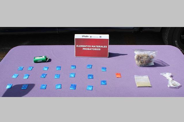 Policía de Puebla capital detiene a 2 jóvenes  con 20 dosis de drogas