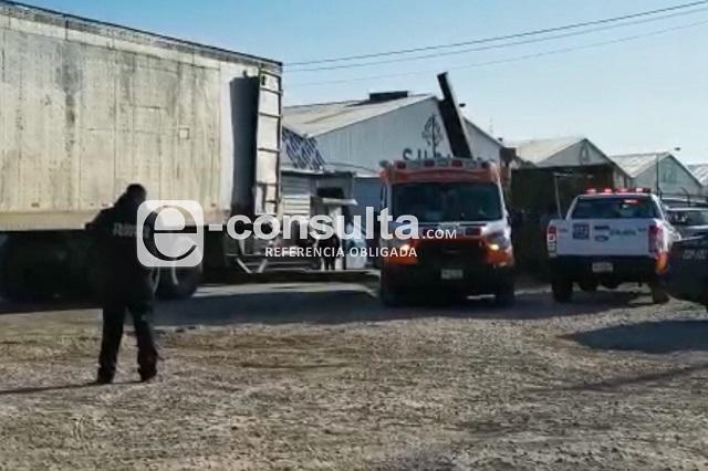 Choque tira estructura sobre transeúnte en el Puebla 2000