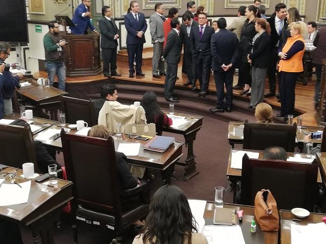 El PAN y aliados toman tribuna y revientan sesión del Congreso