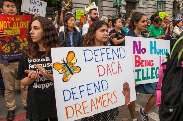 Juez ordena a Trump reactivar el programa que protege a dreamers