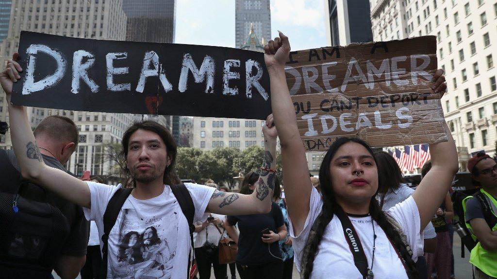 Otro juez frena eliminación del programa que protege a dreamers