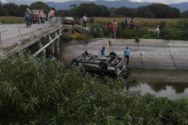 Cae patrulla al Dren de Valsequillo en Tlacotepec de Benito Juárez